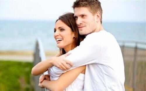 Lykkelig par vet å være glad på andres vegne
