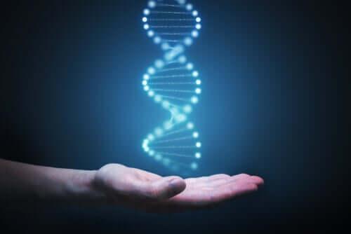 En hånd med et hologram av en DNA-streng som svever over den.