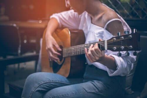 En kvinne som spiller gitar for å gro nye nevroner.