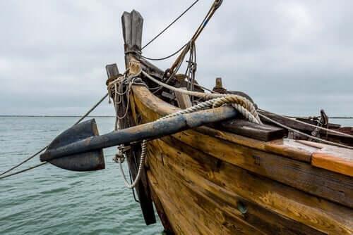Et bilde av et gammelt skip som seiler til sjøs
