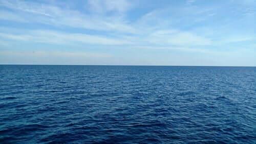 Et bilde av havet som ser rolig ut.