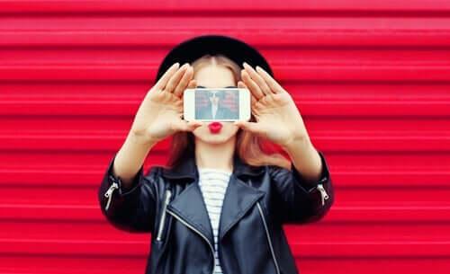 Å skape en falsk identitet på sosiale medier