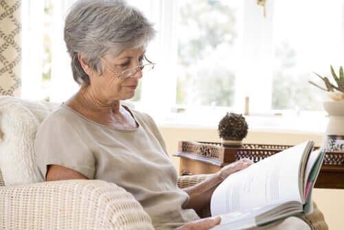 Eldre kvinne leser bok