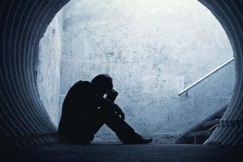 Seksuelle overgrep kan få folk til å føle seg hjelpeløse og alene.