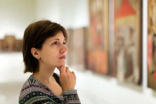 Kvinne ser på kunst