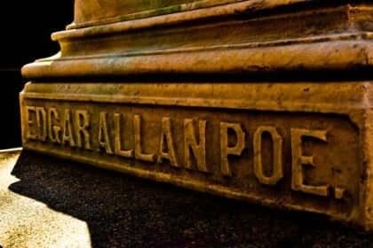 Edgar Allan Poes navn hugget i stein.