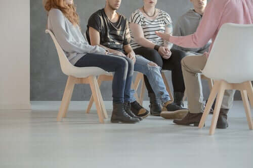En gruppe er samlet for terapeutisk samtaler