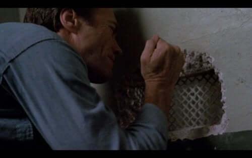 Clint Eastwood graver hull i veggen.