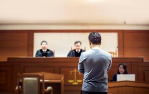 Mann står foran dommer i retten