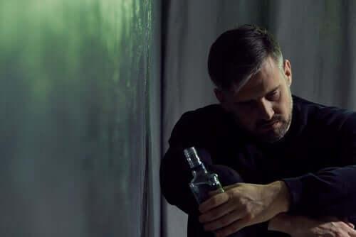 Mann med flaske.
