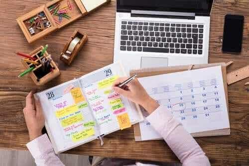 Hvordan kan jeg organisere tiden min bedre?
