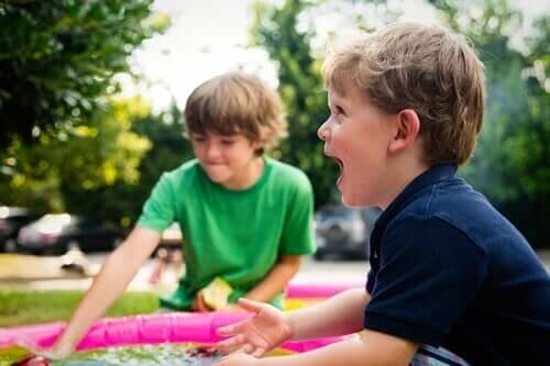To gutter leker med et lite basseng