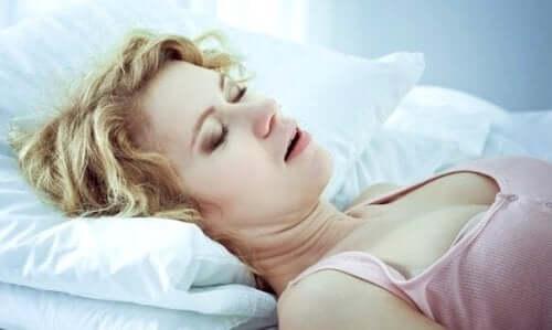 Sovende kvinne.