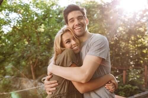 Lykkelig par klemmer
