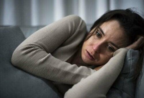 Kvinne med depresjon gråter