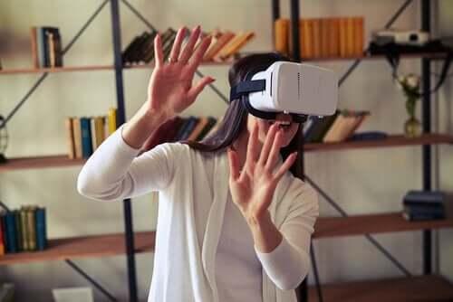 Kvinne i VR-headset
