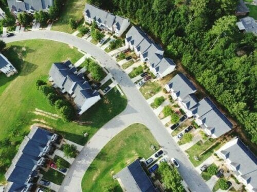Hus i grønt område