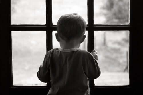 Et lite barn som ser ut døra.