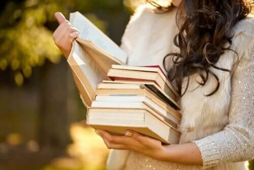 Tid for selvstendighet. En kvinne holder en stabel med bøker i armen.