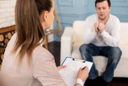 Mann snakker med en terapeut