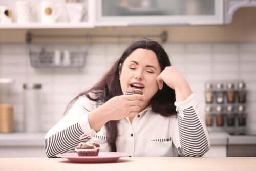 Kvinne spiser muffins