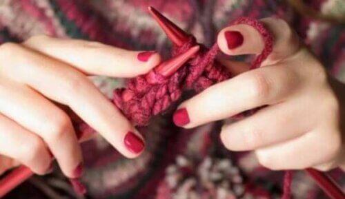 Kvinne som strikker.