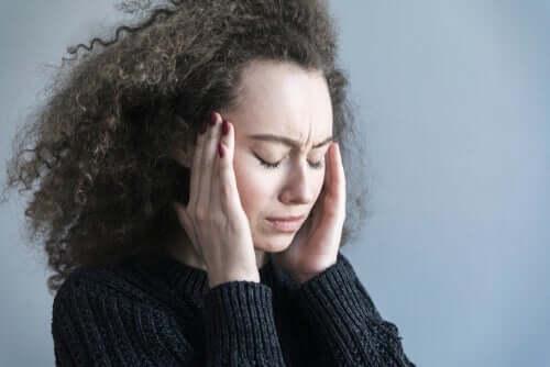 En kvinne som har vondt i hodet
