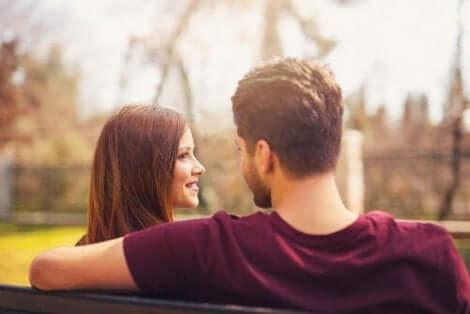 Både menn og kvinner har ulike strategier for å skaffe seg en partner.