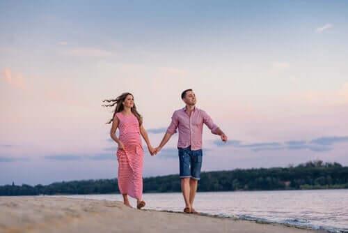 Par på stranden.