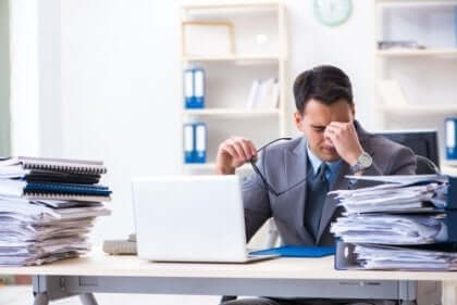 Sliten og stresset mann på kontoret