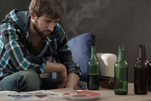 Ung mann med flasker.