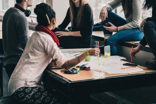 En gruppe mennesker driver med sosialt entreprenørskap