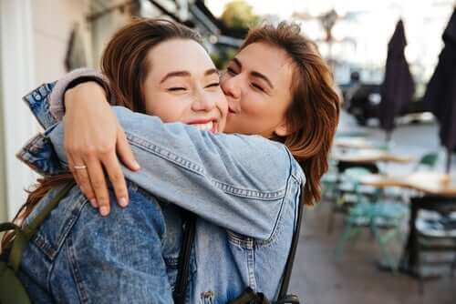 Søstre klemmer