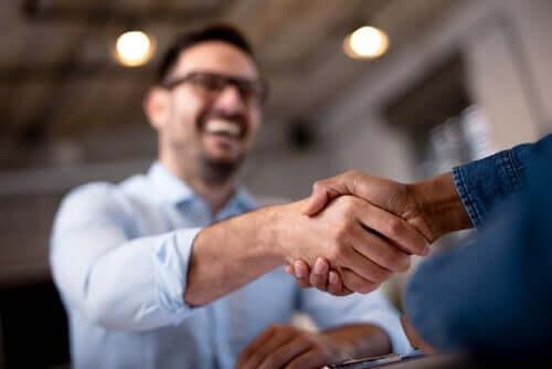 Måten du hilser på andre på sier mye om deg: Menn håndhilser