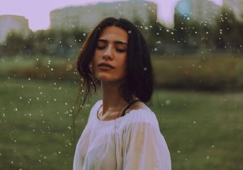 En kvinne som gleder seg over regnet.