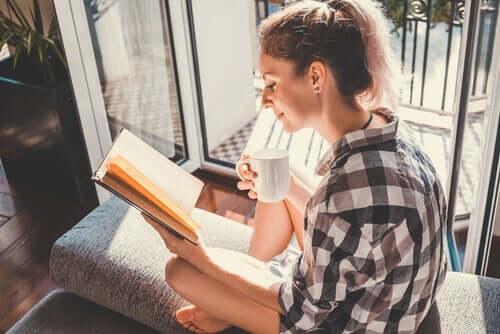 En kvinne som leser ved døren.