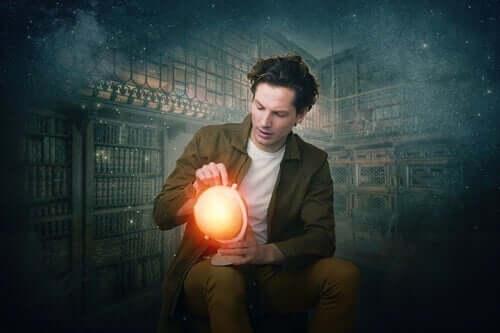 En mann som holder en glødende globus.