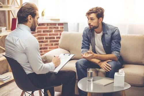 En terapeut og hans klient diskuterer et tema.