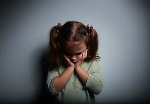 En tilsynelatende bekymret jente.
