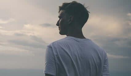 Raserianfall hos voksne: En voksen mann som ser på horisonten.
