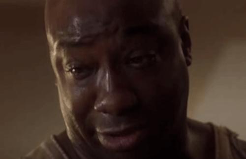John Coffey i Den grønne mil ser ned, med tårer i øynene.