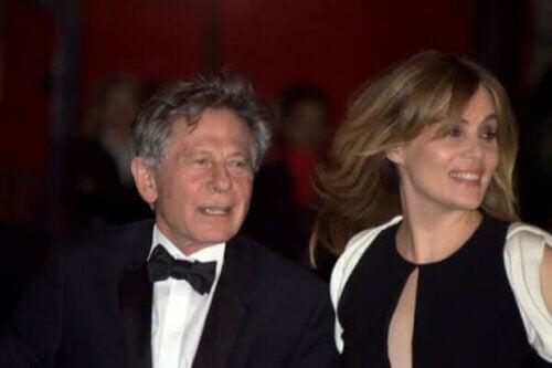 Roman Polanski sto på den røde løperen sammen med kona.