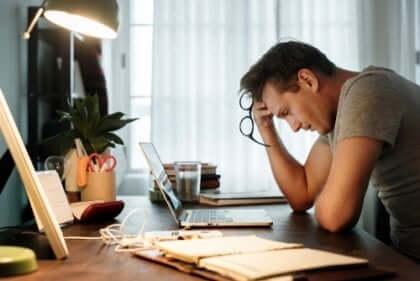En mann som lider av arbeidsrelatert utmattelse
