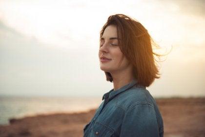 En kvinne som smiler i vinden