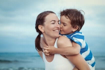 En mor med sønnen på stranden