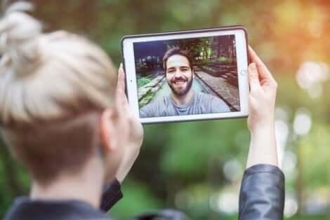 Ny teknologi som videosamtaler gjør avstandsforhold mye lettere å takle.
