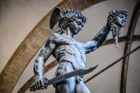 Myten om Medusa og Persevs forteller at han halshugget henne med kun et kutt.