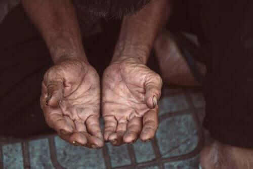 En fattig person med åpne hender
