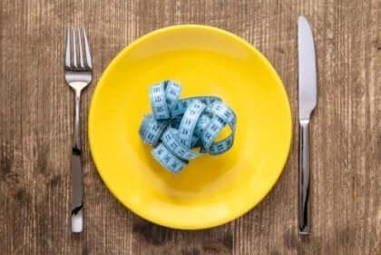 Et målebånd på en gul tallerken