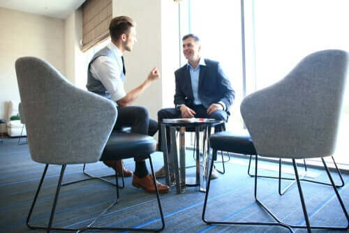 To menn snakker